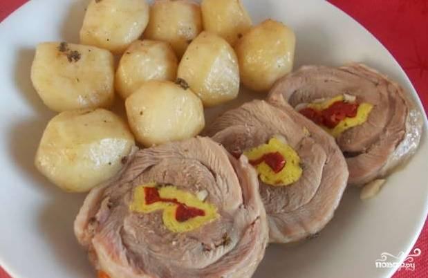 Подавайте готовый рулет горячим с отварным картофелем. Также его можно подать холодным как закуску, нарезав ломтиками. Приятного аппетита!