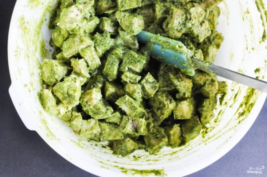 11. Выложите его к грудке, все перемешайте. Простой, аппетитный и очень вкусный салат из филе в домашних условиях готов.