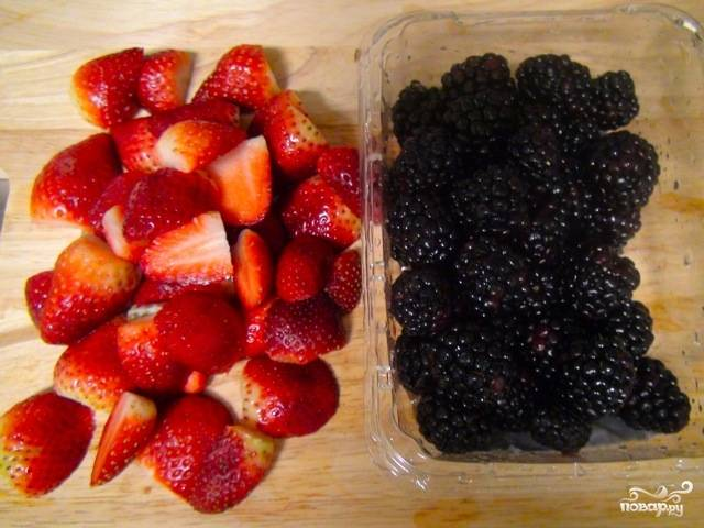 Промойте ягоды, если они слишком крупные, порежьте пополам.