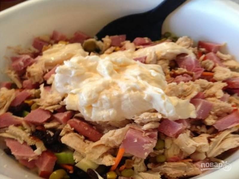 Перемешайте полученную смесь с мясными продуктами, добавьте майонез.