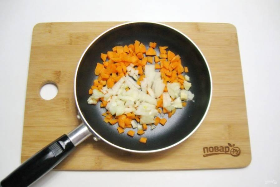 Пока тесто подходит, займитесь начинкой. Репчатый лук и морковь нарежьте и выложите в сковороду.