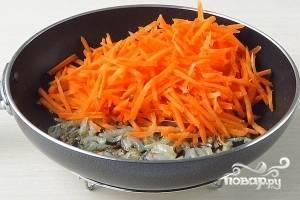 Добавить тертую или нарезанную соломкой морковь.  Тушить на среднем огне минут 5 (если морковь не очень сочная, можно прикрыть крышкой).