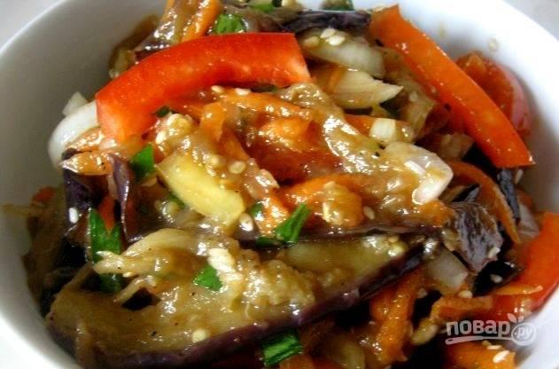 В конце влейте уксус, масло и соевый соус. Перемешайте салат. Оставьте его на сутки в холодильнике, а потом пробуйте!