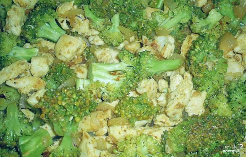 2. Отдельно обжариваем капусту брокколи до готовности. Также солим и приправляем по вкусу. Затем соединяем филе с луком и брокколи, это будет наша начинка.