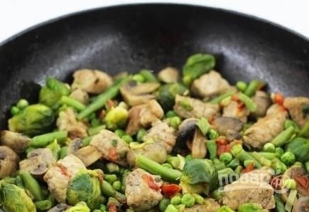 4. Добавляйте постепенно овощи и жарьте на среднем огне, не забывая периодически помешивать.