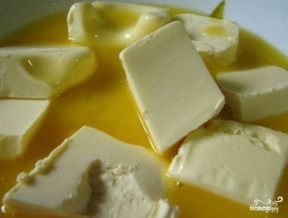 В первую очередь, размягчим сливочное масло с помощью микроволновой плиты или водяной бани.