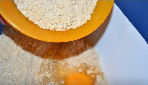 1. Из размягченного масла, сахара, муки, корицы, разрыхлителя и одного яйца вымесим плотное липкое тесто.
