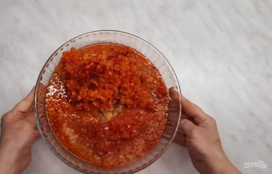 2. Пропустите нарезанные овощи через мясорубку вместе с чесноком. Овощную массу переложите в кастрюлю, добавьте соль, сахар, специи и зелень. Перемешайте, доведите до кипения и на небольшом огне кипятите 30 минут.