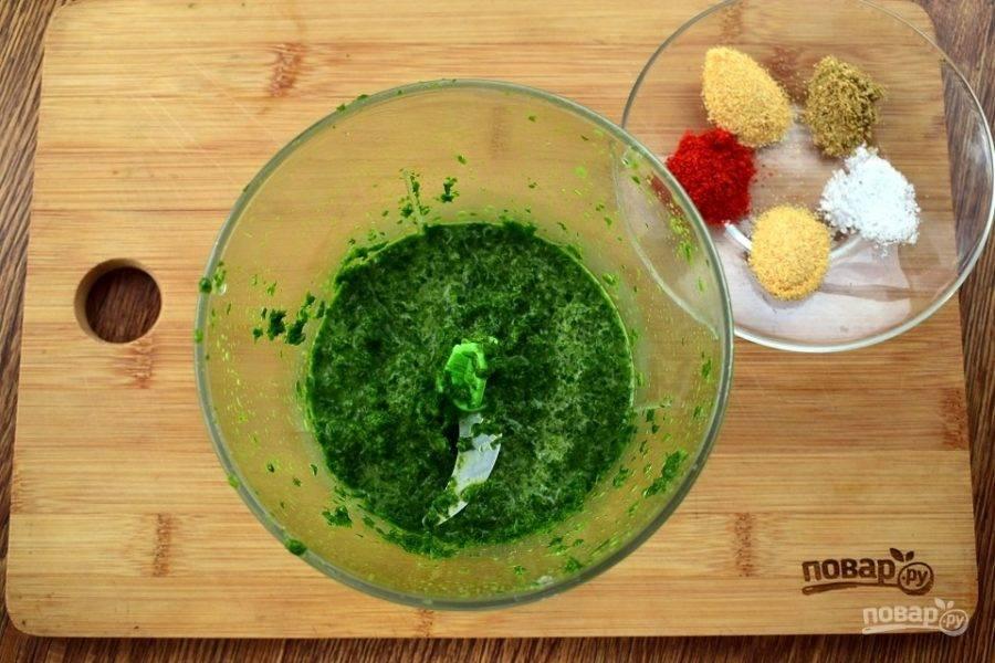 Пока отвариваются макароны, приготовим соус-заправку. Для этого шпинат, петрушку и 1/2 стакана молока измельчите в блендере.