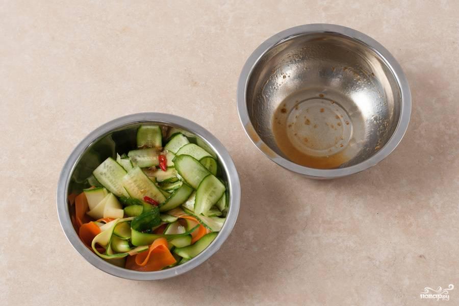 В салатницу складываем овощи, заливаем заправкой и даем настояться им в течение 3 минут.