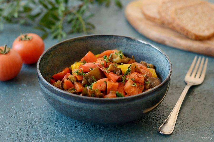 Разложите сабджи с баклажанами по тарелками и украсьте мелко порубленной зеленью. Приятного вам аппетита!