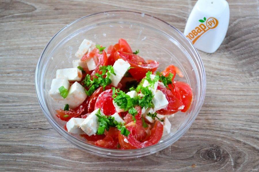 Базилик мелко нарежьте и отправьте к салату.