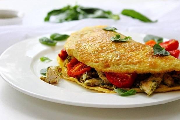 9. Перед подачей аккуратно снять омлет и переложить на тарелку, украсив свежей зеленью.