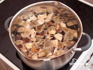 Вскипятите 3 литра воды. Нарежьте крупно очищенные и промытые грибы и добавьте их в воду, посолив и поперчив. Варите в течение 20 минут.