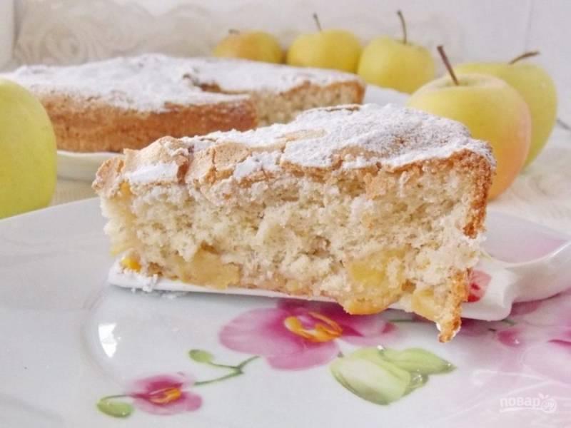 Готовый пирог остудите, посыпьте сахарной пудрой и подавайте к столу!