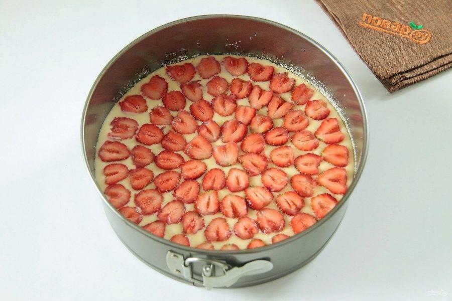 7. Сверху равномерно распределите клубнику, разрезав ее пополам. Выпекайте при 180 градусах около 30-40 минут.