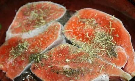Почистить рыбу и нарезать на стейки. Посолить, посыпать травами и выложить в форму для запекания.
