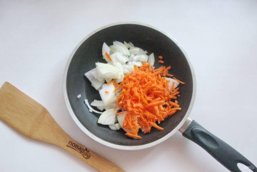 Морковь очистите, помойте и натрите на терке. Добавьте к луку.