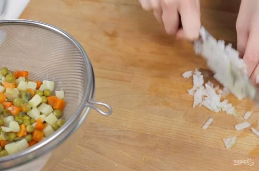 """1. Смесь для """"Оливье"""" (картофель, морковь, корнишоны и горошек) откиньте на сито, чтобы из нее стекла лишняя жидкость. Лук-шалот или лук-порей измельчите на маленькие кубики и добавьте к салату."""