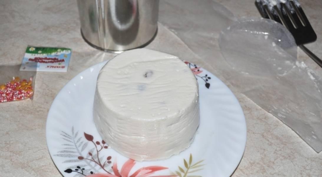 3. Выкладываем смесь в форму и добавим изюм и ванилин. Отправляем в холодильник застывать.