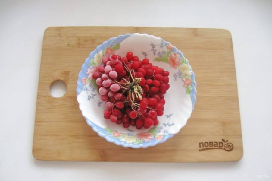 Отправьте ягоды калины на час-два в морозильную камеру, чтобы убрать горечь.
