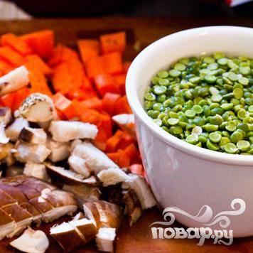 Замочить сухой горох в воде минимум на 4 часа, лучше на ночь. Почистить и нарезать овощи.