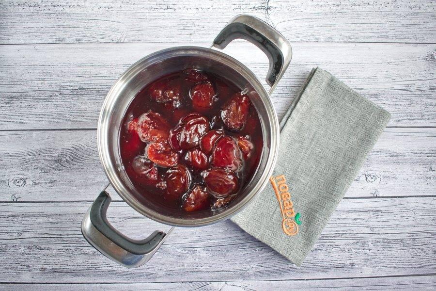 Когда сливы пустят сок, залейте их виноградным соком. Доведите до кипения и на медленном огне варите в течение 1-1,5 часов до загустения, помешивая.