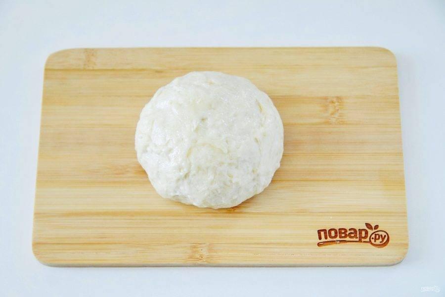 Замесите мягкое и эластичное тесто. Соберите его в шар, смажьте растительным маслом, заверните в пищевую пленку и оставьте на 20-30 минут.