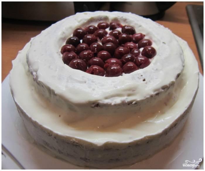 Шаг 11. Возьмите вишни, слейте с них сок. Выложите вишни в середину круга. Взбейте сливки для украшения торта вместе с загустителем и сахарной пудрой.