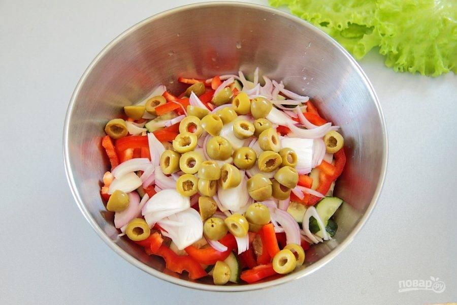 Добавьте оливки, разрезанные на две части.