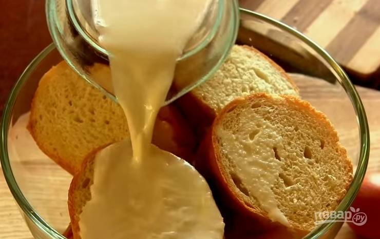 2. Залейте его молоком на несколько минут.