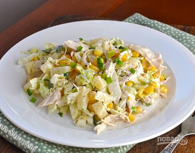 5. Заправьте майонезом и перемешайте салат. Его лучше кушать сразу, потому что через время он может стечь. Перед подачей я еще сбрызгиваю лимонным соком.