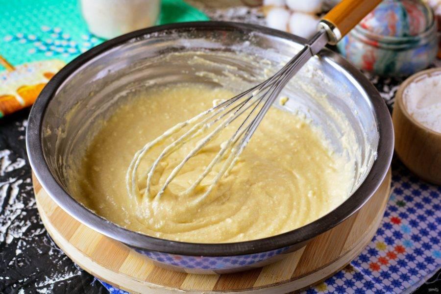 Перемешайте тесто, по консистенции оно должно получиться как густая сметана.