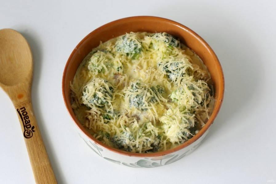Полейте все сметанной заливкой и посыпьте тертым сыром. Запекайте блюдо в духовке при температуре 180 градусов около 30 минут.
