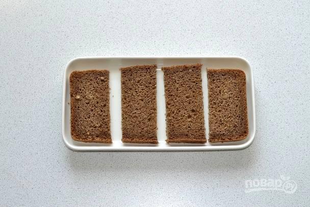 Нарежьте хлеб небольшими ломтиками.