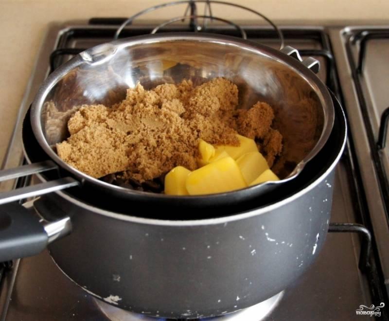 Растопите в кастрюле коричневый сахар с шоколадом и сливочным маслом.