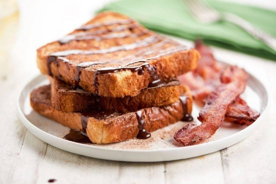6. Перед подачей полейте тосты соусом, а рядом выложите бекон. Вкусного завтрака!