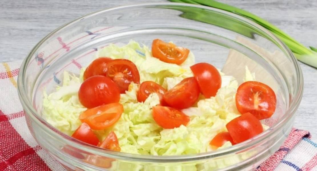 В салатницу добавьте половинки помидорок черри.