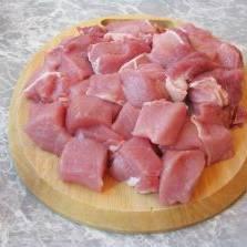 Свинину нарезать кубиками.