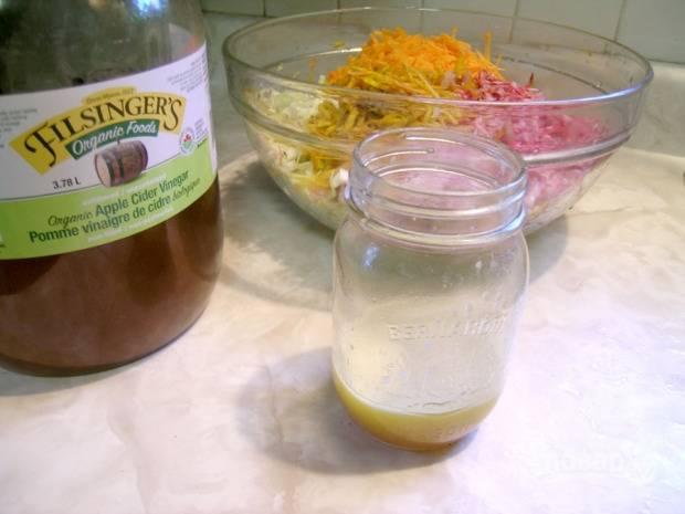 Для заправки тщательно смешайте уксус, соль, перец, сахар и масло.