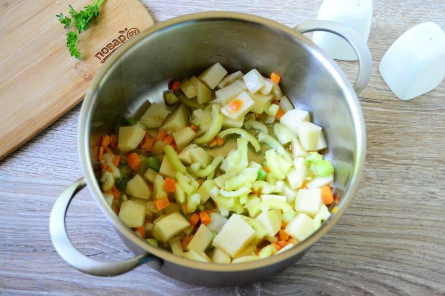 Сладкий перец порежьте соломкой, положите в кастрюлю.