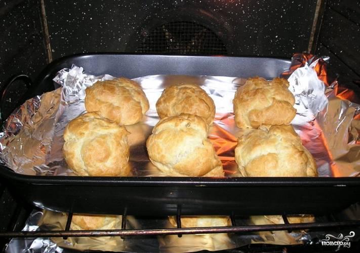 Остудите готовые изделия, сделайте сверху надрез и введите внутрь начинку. Это можно сделать как с помощью кондитерского шприца, так и с помощью ложки. Украсьте сахарной пудрой и несите к столу. Готово!