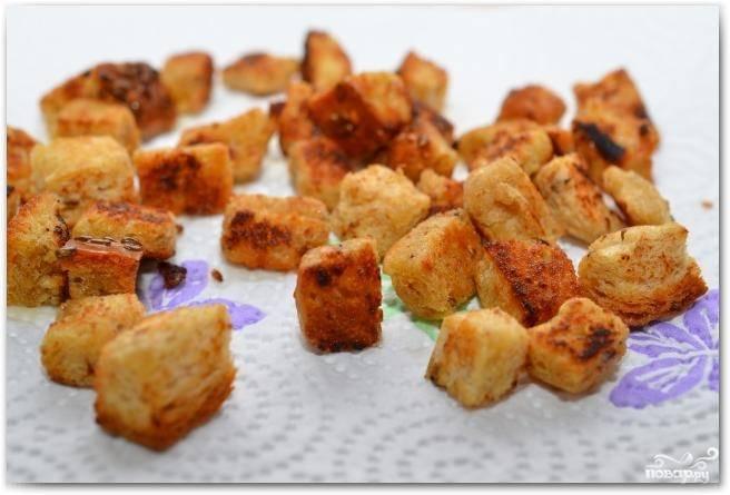 Обжариваем кубики хлеба в оливковом масле до образования хрустящей корочки (1-2 минуты), после чего выкладываем их на бумажное полотенце или салфетки - чтобы впитался лишний жир.