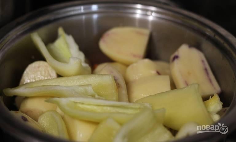 Вымойте сладкий перец и удалите из него семена и сердцевину. Затем нарежьте перец крупными кусками вдоль. Выложите овощ к остальным ингредиентам.