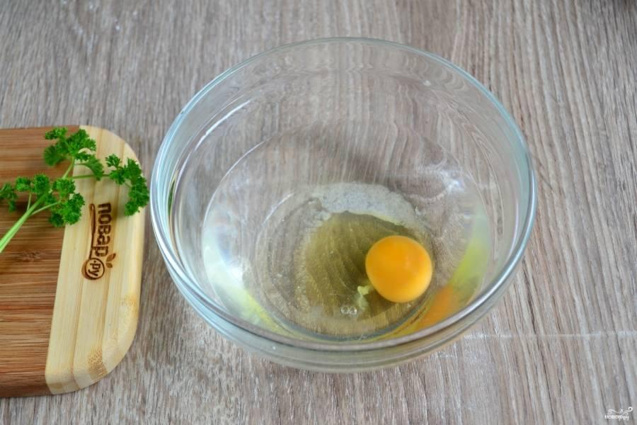 В теплой воде растворите яйцо и соль, хорошенько размешайте, чтобы яйцо максимально растворилось в воде.