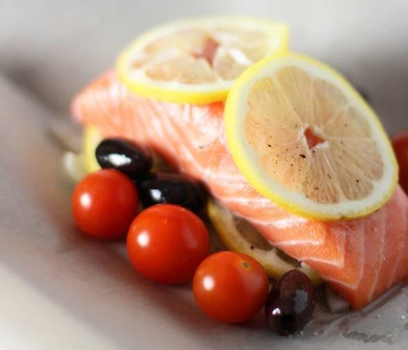 4. К каждой порции добавьте по несколько штук маслин и помытых помидорчиков. На лимон поверх семги положите по кусочку сливочного масла. Сбрызните все это изобилие хересом или сухим вином - по 2 ч.л. на порцию.