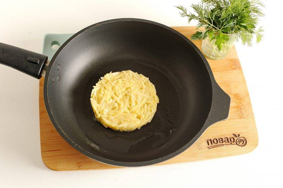 Картофель выкладывайте на раскаленную сковороду с маслом, сформировав круглую лепешку. Можно воспользоваться кулинарным кольцом.