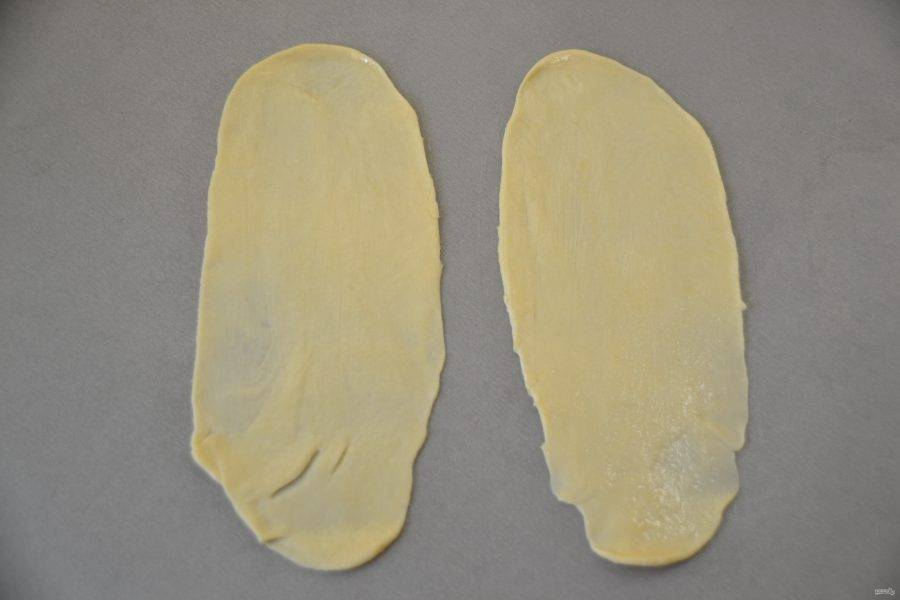 Раскатайте каждый кусочек теста в длинную полоску, на одну булочку требуется по 2 полоски теста, смажьте полоски теста растительным  маслом.
