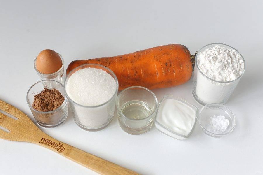 Подготовьте все ингредиенты. Нам понадобятся две средние морковки, я взяла одну крупную.