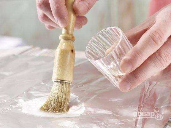 6.Отмерьте 4 отреза фольги, каждый смажьте с помощью кисточки или вручную оливковым маслом.